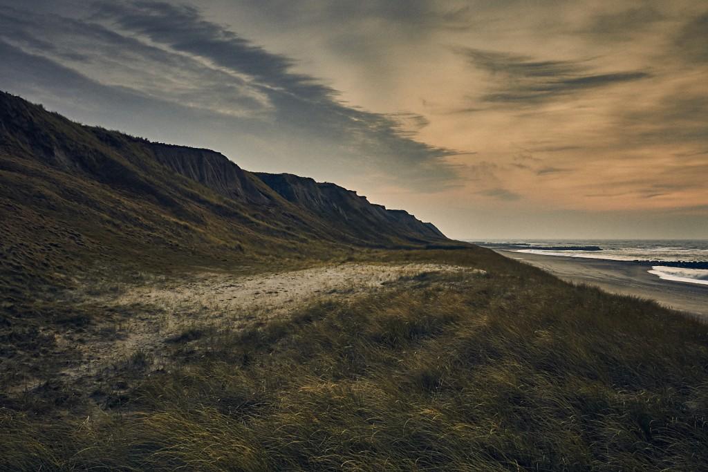 Sandklitterne ligger som mastodonter og prøver at beskytte det danske land mod at blive spist at det vilde hav. De mange storme i vinter halvåret sætter klitterne på store prøver.