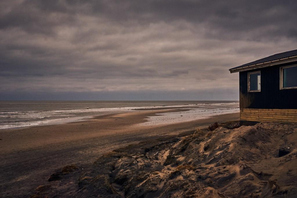 På en af de få dage om året hvor vinden er i øst ser sommerhuset ud som et idylisk sted tæt på havet. Men sandheden er at den næste storm kan være den sidste for sommeruset.
