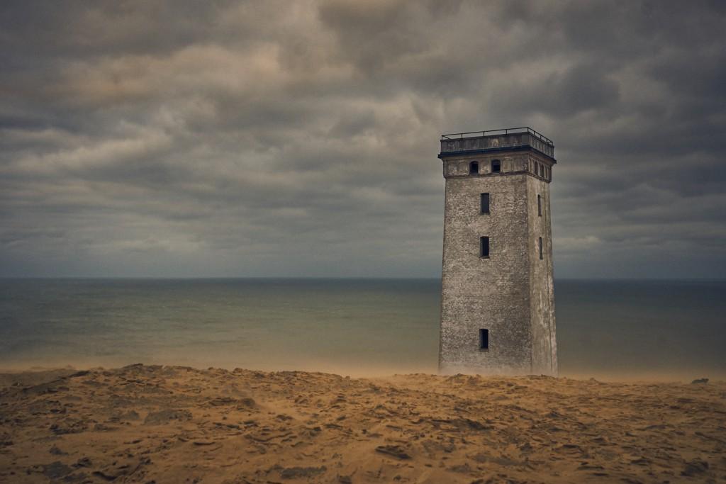 Havet og vinden fjerner mere af det sand som er rundt om det 100 år gamle fyrtårn. Toppen af tårnet er taget af da fyrtårnet er ved at blive retaureret så besøgende kan komme op og nyde udsigten de 5-7 år der er tilbage før det styrter i havet.