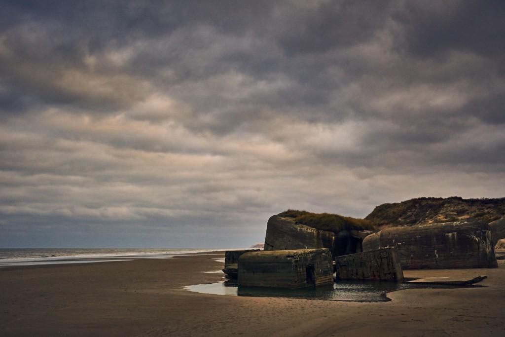 Under anden verdenskrig opførte tyskerne bunker langs den danske vestkyst. Bunkerne blev skjult i klitterne så de ikke kunne ses af de engelske piloter der fløj ind over landet. Nu ligger bunker både som et minde om en uhyggelig tid, men også et minde om hvor klitterne engang stod.